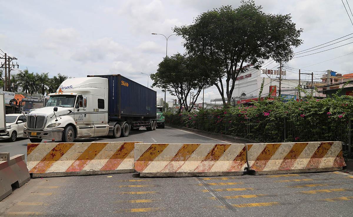 Ba khối bêtông chắn ngang quốc lộ 1 đoạn qua phường An Bình, TP Dĩ An, sáng 14/8. Ảnh: Đình Văn