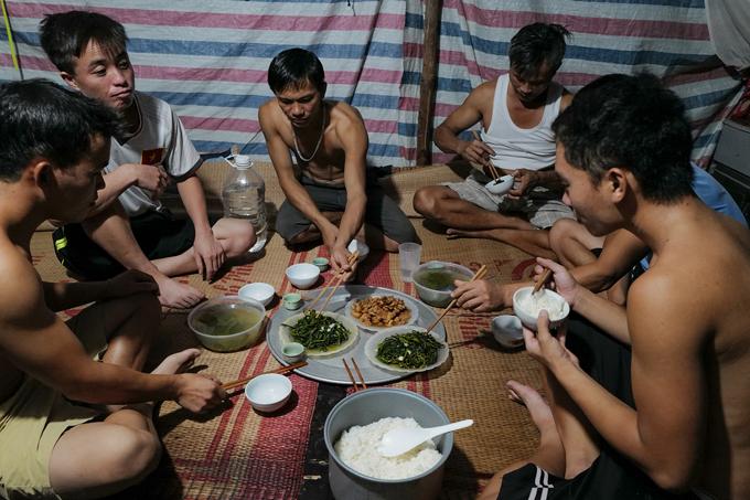Một số công nhân xây dựng người ngoại tỉnh kẹt lại công trường những ngày Hà Nội thực hiện Chỉ thị 16, tháng 8/2021. Ảnh:Ngọc Thành