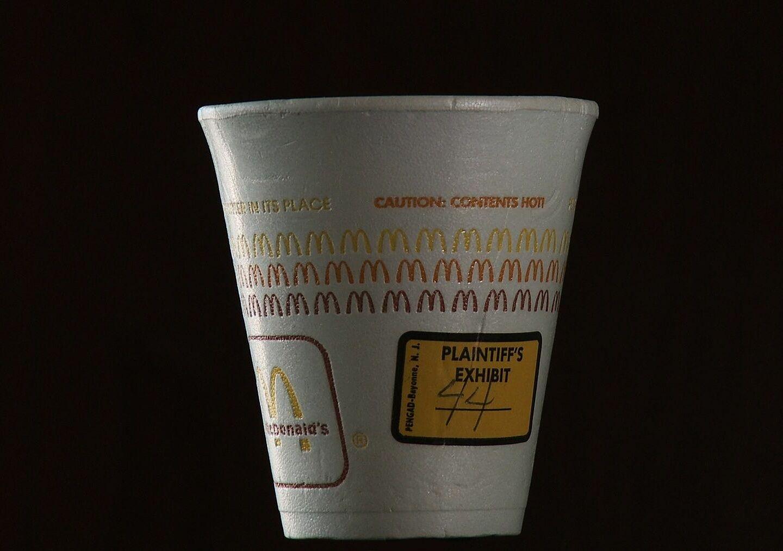 Mẫu cốc cà phê của MacDonalds những năm đầu 1990 có in cảnh báo nóng nhưng được bồi thẩm đoàn cho rằng cỡ chữ chưa đủ lớn để thu hút sự chú ý của khách hàng. Ảnh: Pinterest