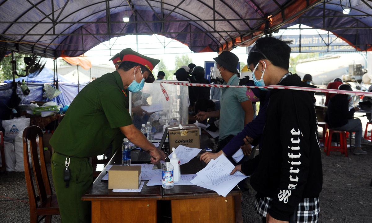 Người dân về tự do khai báo y tế tại chốt kiểm soát quốc lộ 1A, huyện Núi Thành (Quảng Nam) giáp với Quảng Ngãi. Ảnh: Đắc Thành.