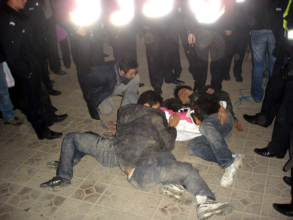 Một nhóm thanh niên say xỉn nằm trên đường tại Tây An, Thiểm Tây, Trung Quốc. Ảnh: AFP.