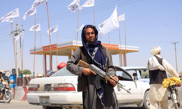 Một tay súng Taliban ở thành phố Ghazni, Afghanistan, ngày 14/8. Ảnh: Reuters.