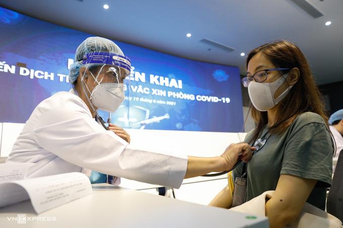 Nhân viên làm việc ở Khu công nghệ cao TP HCM được tiêm vaccine phòng Covid-19. Ảnh: Hữu Khoa