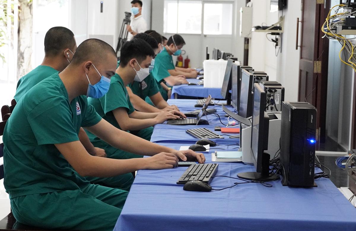158 y bác sĩ từ Thái Nguyên chi viện Long An tham gia công tác tại trung tâm hồi sức. Ảnh: Hoàng Nam
