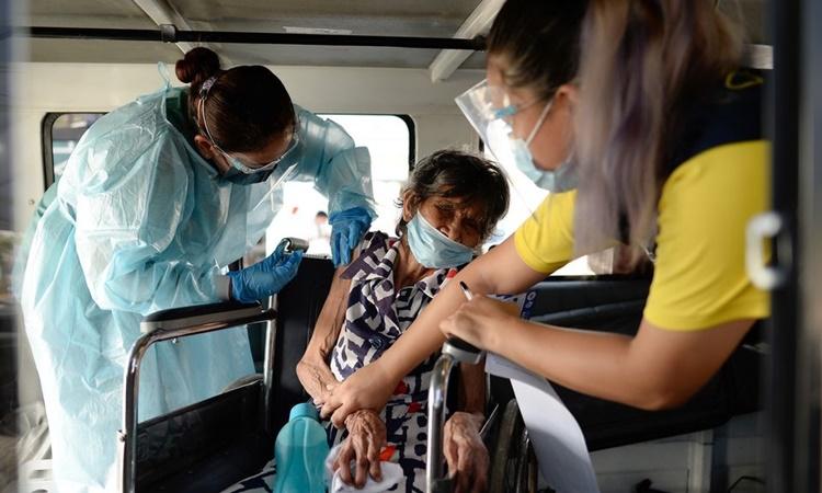 Một người dân được tiêm vaccine Covid-19 tại thành phố Makati, Philippines, hồi tháng 5. Ảnh: Reuters.