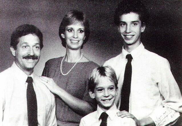 Russell (trái) cùng Barbara và hai con riêng của cô. Ảnh: Murderpedia