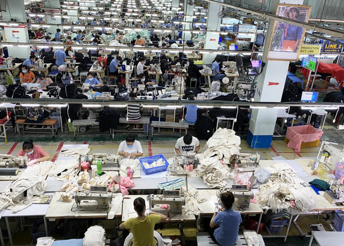 Công nhân nhà máy dệt may Thành Công sản xuất khi thực hiện 3 tại chỗ - Ảnh: An Phương
