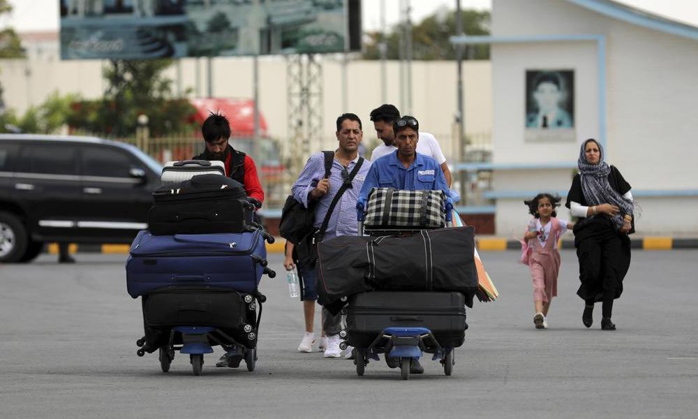 Hành khách tại sân bay Hamid Karzai ở Kabul hôm 14/8. Ảnh: AP.