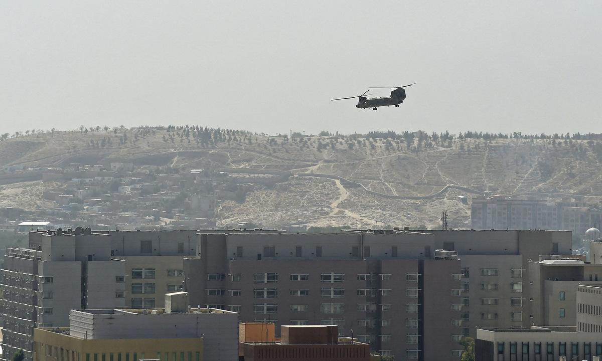 Trực thăng bay trên đại sứ quán Mỹ ở Kabul hôm 15/8. Ảnh: AFP.
