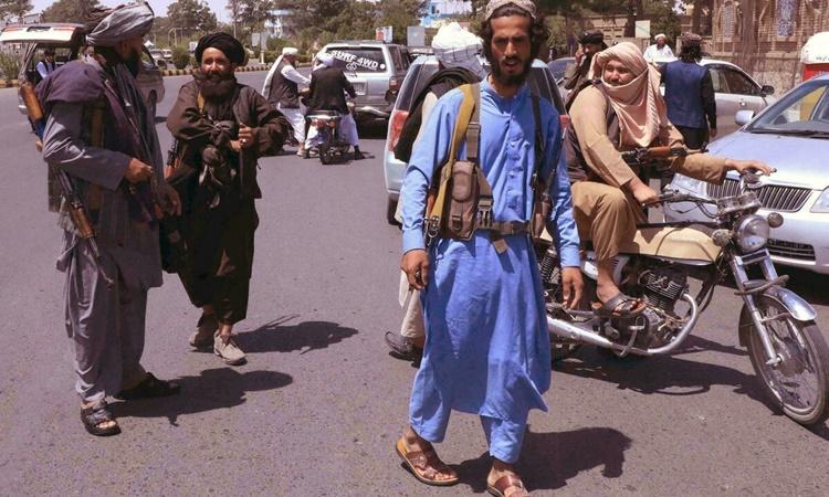 Các tay súng Taliban tuần tra trên đường phố thành phố Herat lớn thứ hai Afghanistan ngày 14/8. Ảnh: AFP.