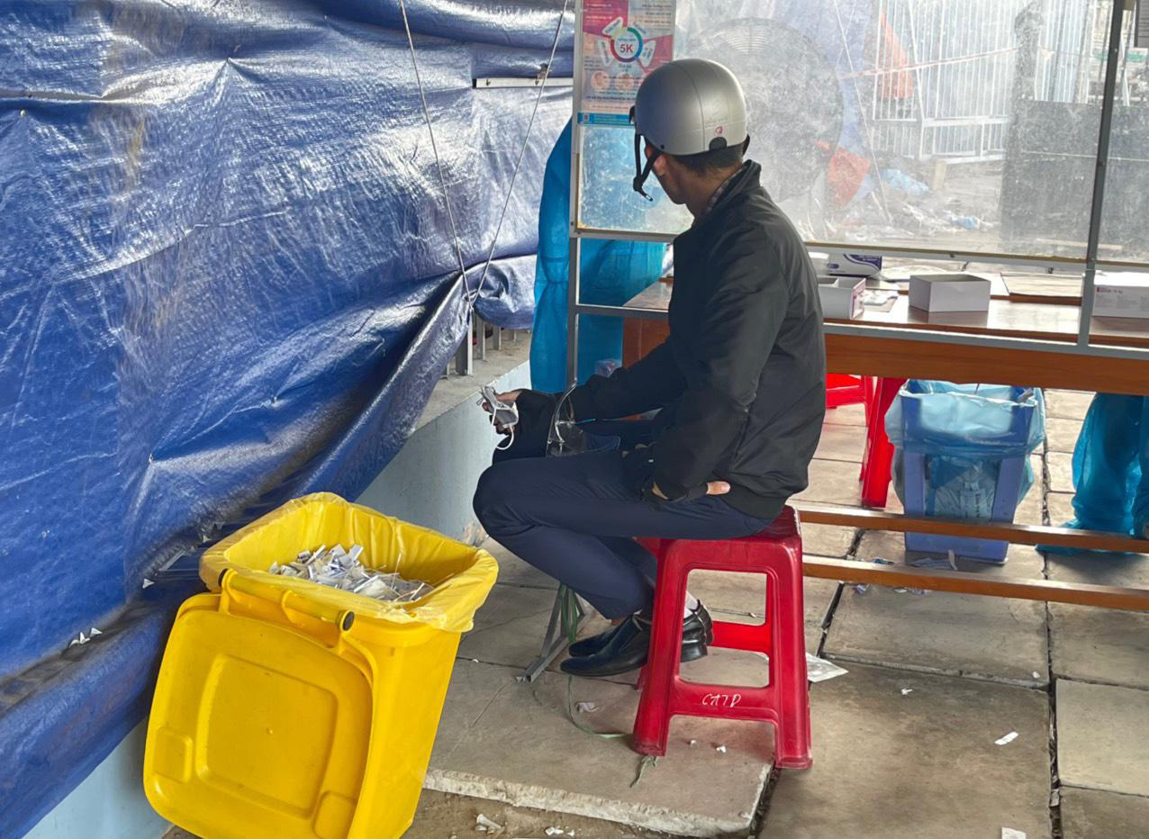 Thùng rác chứa tâm bông test nhanh đã qua sử dụng để gần chỗ lấy mẫu làm nhiều tài xế lo ngại bị lây nhiễm. Ảnh: Tâm Phan