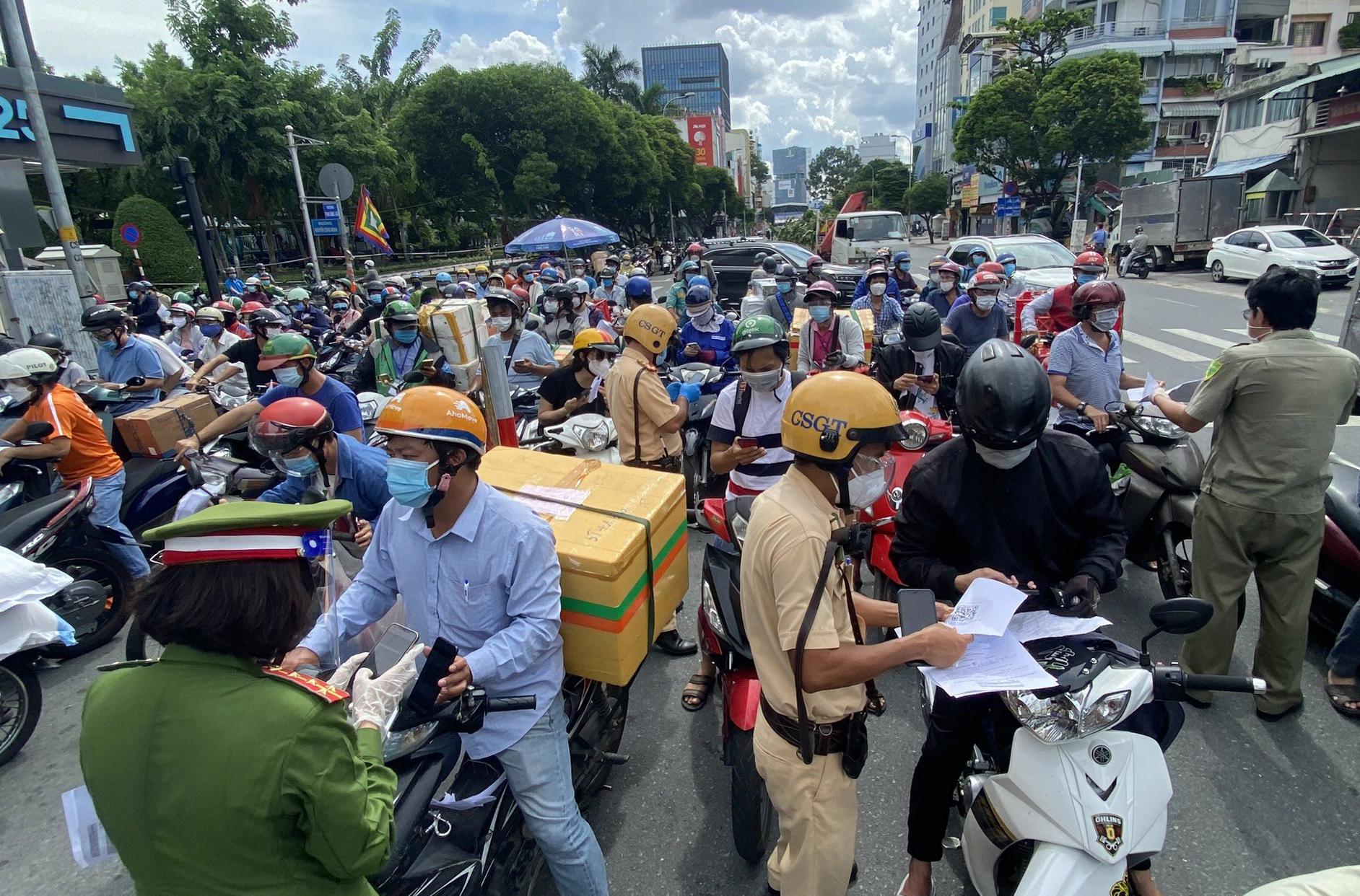 Ùn ứ tại chốt đường Phan Đăng Lưu, quận Bình Thạnh, chiều 14/8. Ảnh: Hạ Giang