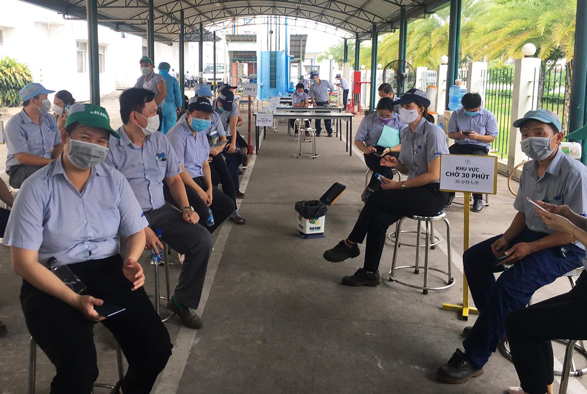 Công nhân nhà máy Juki Việt Nam theo dõi sau tiêm vaccine, ngày 21/6. Ảnh: An Phương