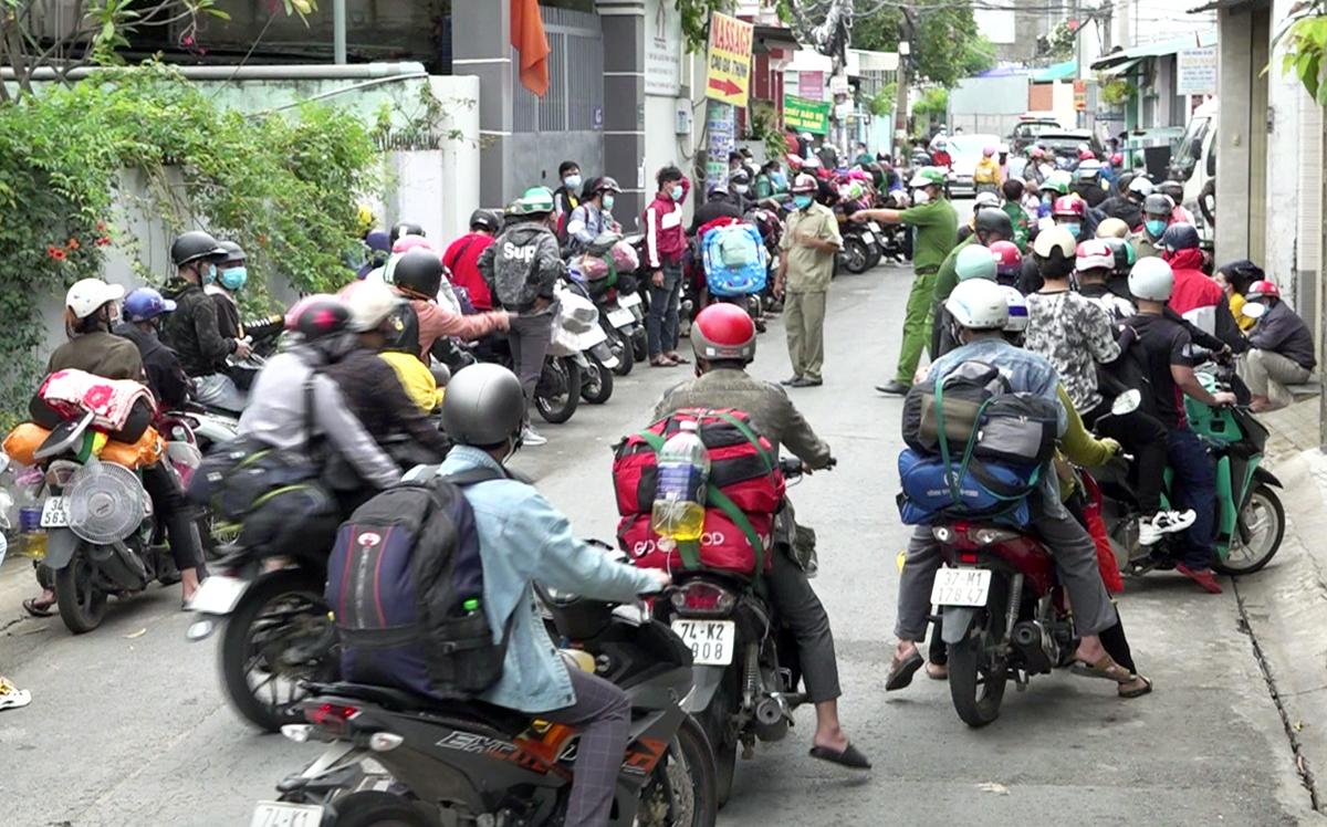 Người dân về quê tập trung ở quốc lộ 1A, quận Bình Tân, sáng 15/8. Ảnh: Đình Văn