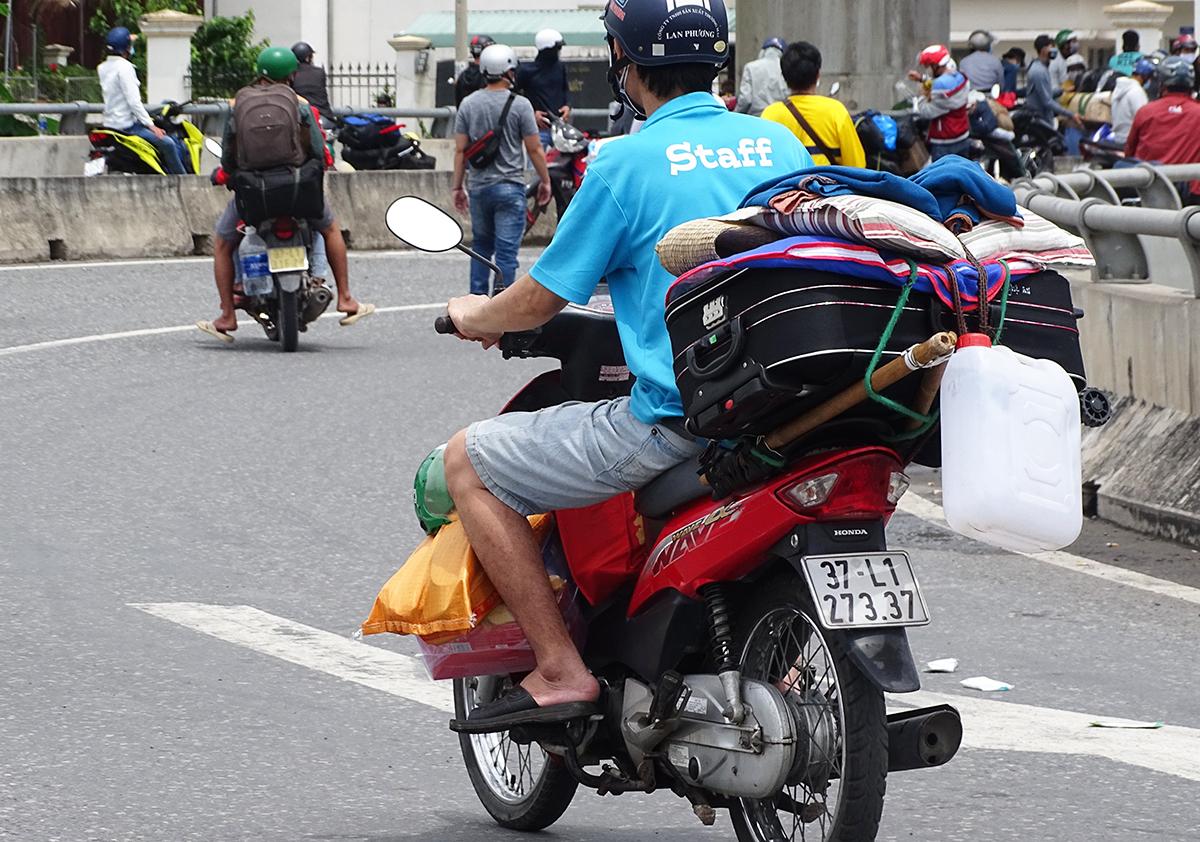 Mất việc, không thu nhập suốt 3 tháng là lý do anh Hoàng Văn Trung (áo xanh) muốn về quê. Ảnh: Hà An