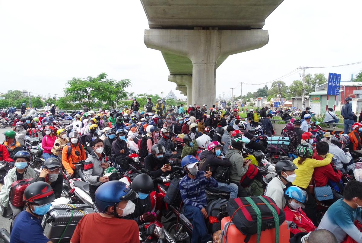 Dòng người chạy xe máy bị ách lại trước trạm kiểm soát gần khu du lịch Suối Tiên, TP Thủ Đức, trưa 15/8. Ảnh: Hà An.