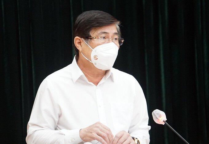 Chủ tịch UBND TP HCM Nguyễn Thành Phong phát biểu tại hội nghị Thành uỷ mở rộng, tối 25/7. Ảnh: Mạnh Tùng