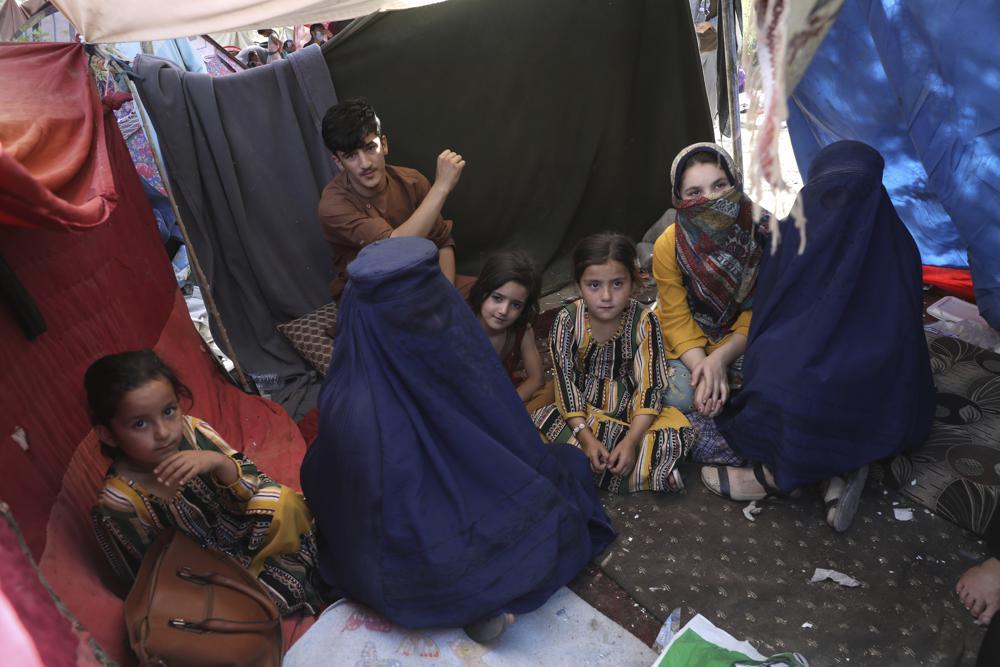 Nilofar, mặc trang phục burqa (thứ hai từ trái sang), giáo viên, trả lời phỏng vấn trong túp lều ở công viên công cộng tại Kabul, Afghanistan, ngày 13/8. Ảnh: AP.