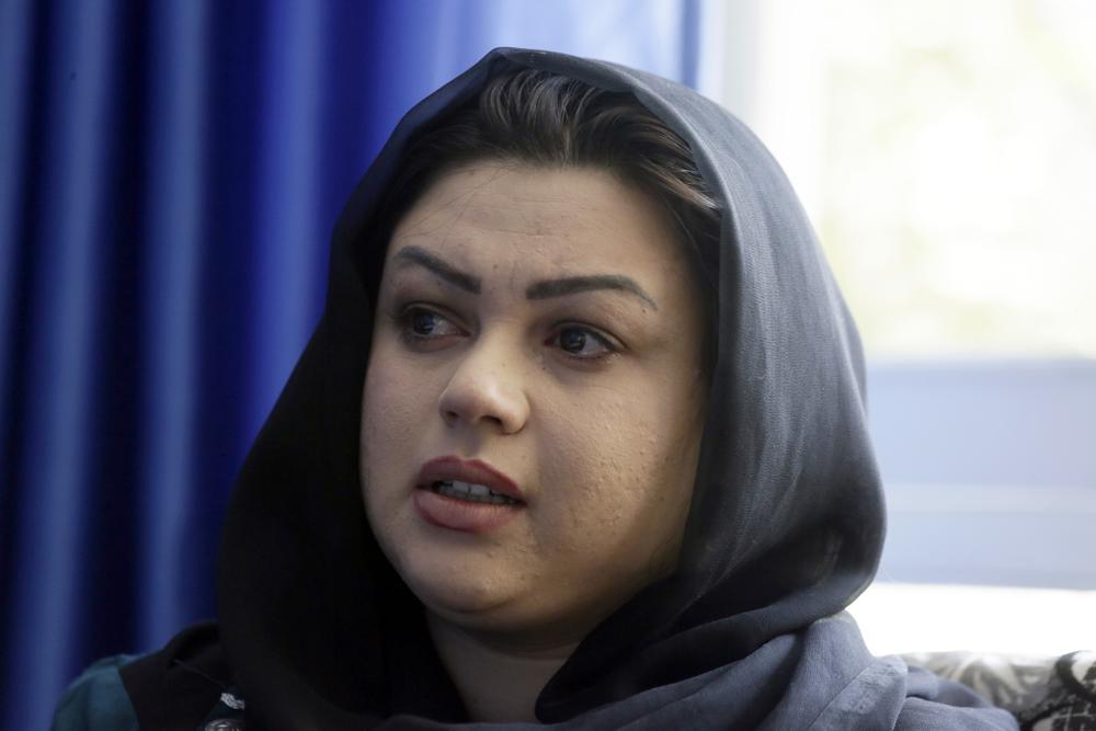 Zarmina Kakar, một nhà hoạt động vì quyền phụ nữ ở Afghanistan, khóc trong cuộc phỏng vấn ngày 13/8 ở Kabul, trước khi Taliban tràn vào thủ đô. Ảnh: AP.