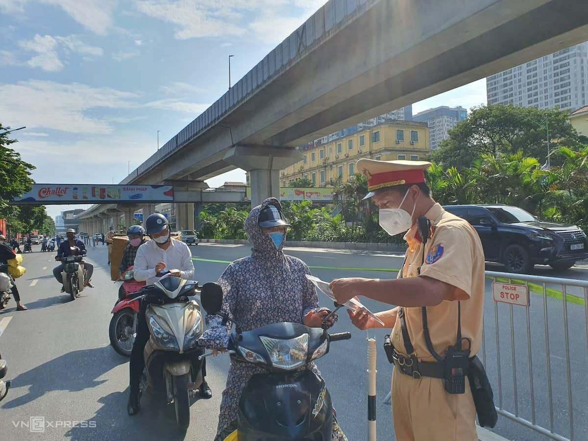 Chốt kiểm soát trên đường Nguyễn Trãi, chiều 16/8. Ảnh: V.H