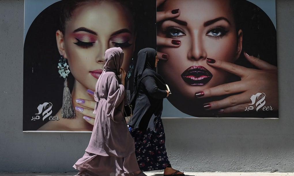 Bêm ngoài một tiệm làm đẹp ở Kabul tuần trước. Ảnh: AFP.
