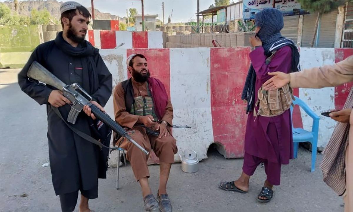 Các tay súng Taliban tại một điểm kiếm soát ở Farah, Afghanistan ngày 11/8. Ảnh: Reuters.