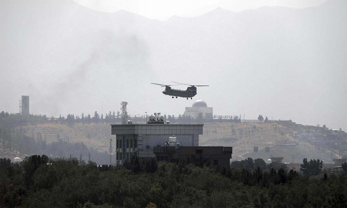 Trực thăng CH-47 bay trên khuôn viên đại sứ quán Mỹ tại thủ đô Kabul, Afghanistan ngày 15/8. Ảnh: AP.