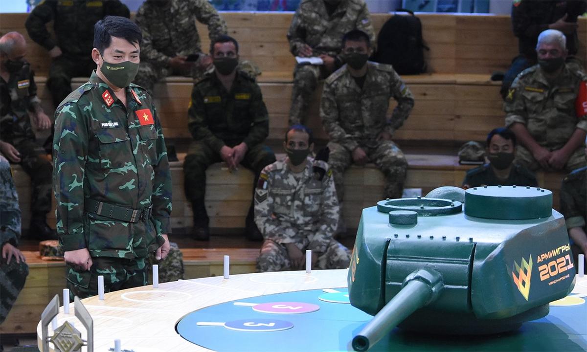 Đại tá Phan Hải Long (người đang đứng) tại lễ bốc thăm tại bảo tàng ở thao trường Alabino, Nga ngày 16/8. Ảnh: QĐND.