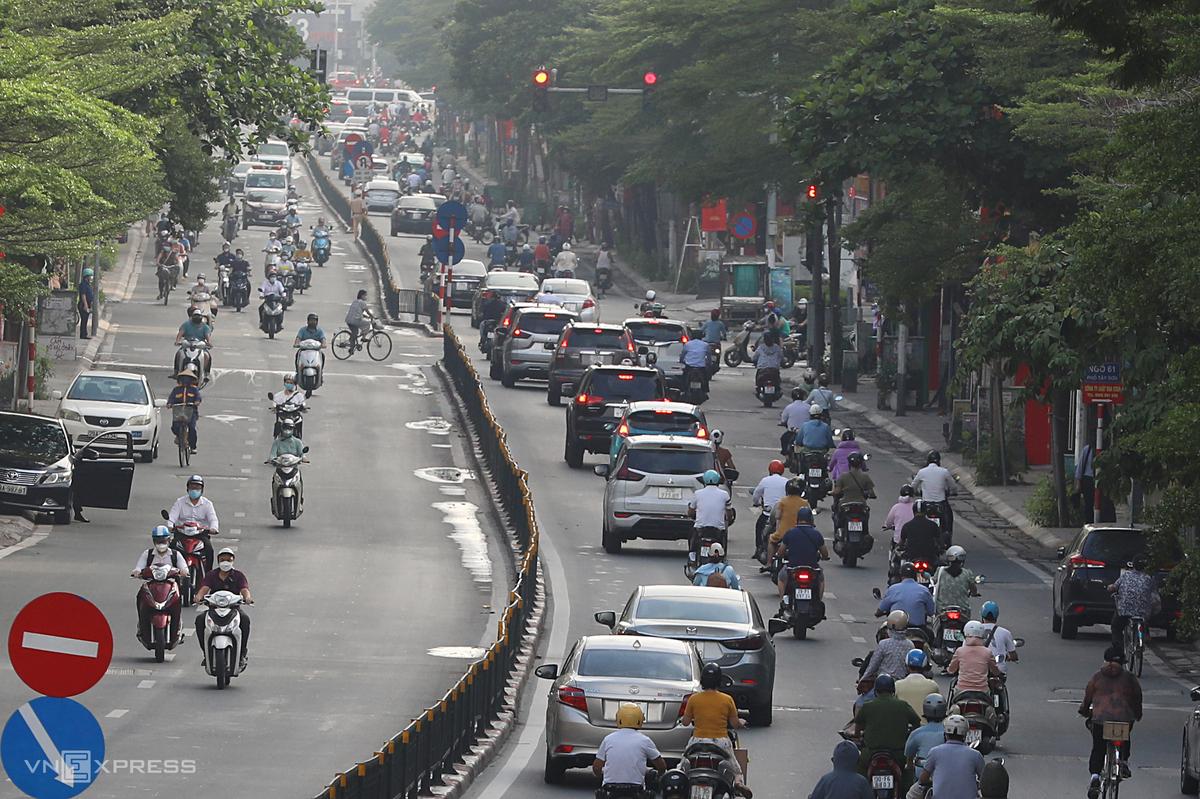 Phương tiện di chuyển cả hai chiều trên đường Nguyễn Lương Bằng sáng 16/8. Ảnh: Ngọc Thành