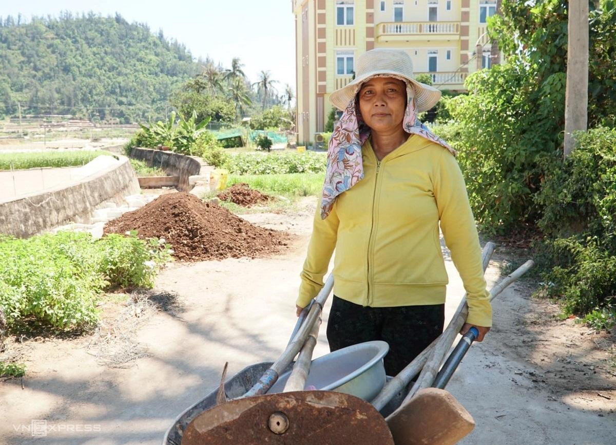 Bà Trần Thị Cường, chủ khách sạn ở Lý Sơn đẩy xe rùa về sau buổi làm đất trồng hành. Ảnh: Châu Đại Dương.