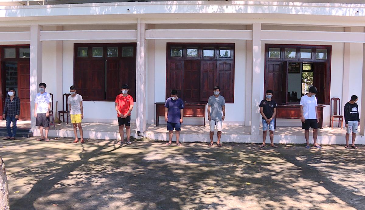 9 người trong nhóm sử dụng ma túy tại cơ quan công an. Ảnh: Quang Bình.