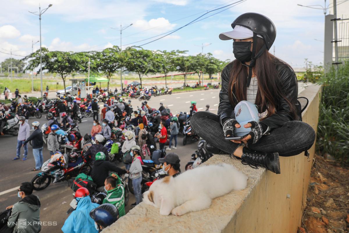 Nhiều người dân về quê vạ vật ở cửa ngõ TP HCM ngày 15/8. Ảnh: Quỳnh Trần