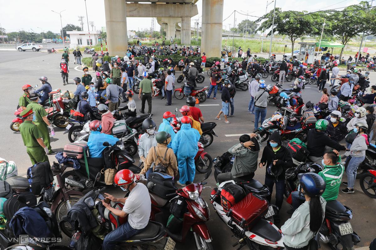 Dịch kéo dài, nhiều người gặp khó khăn đã tự phát đi xe máy về quê, bị chặn lại ở xa lô Hà Nội, trưa 15/8. Ảnh: Quỳnh Trần