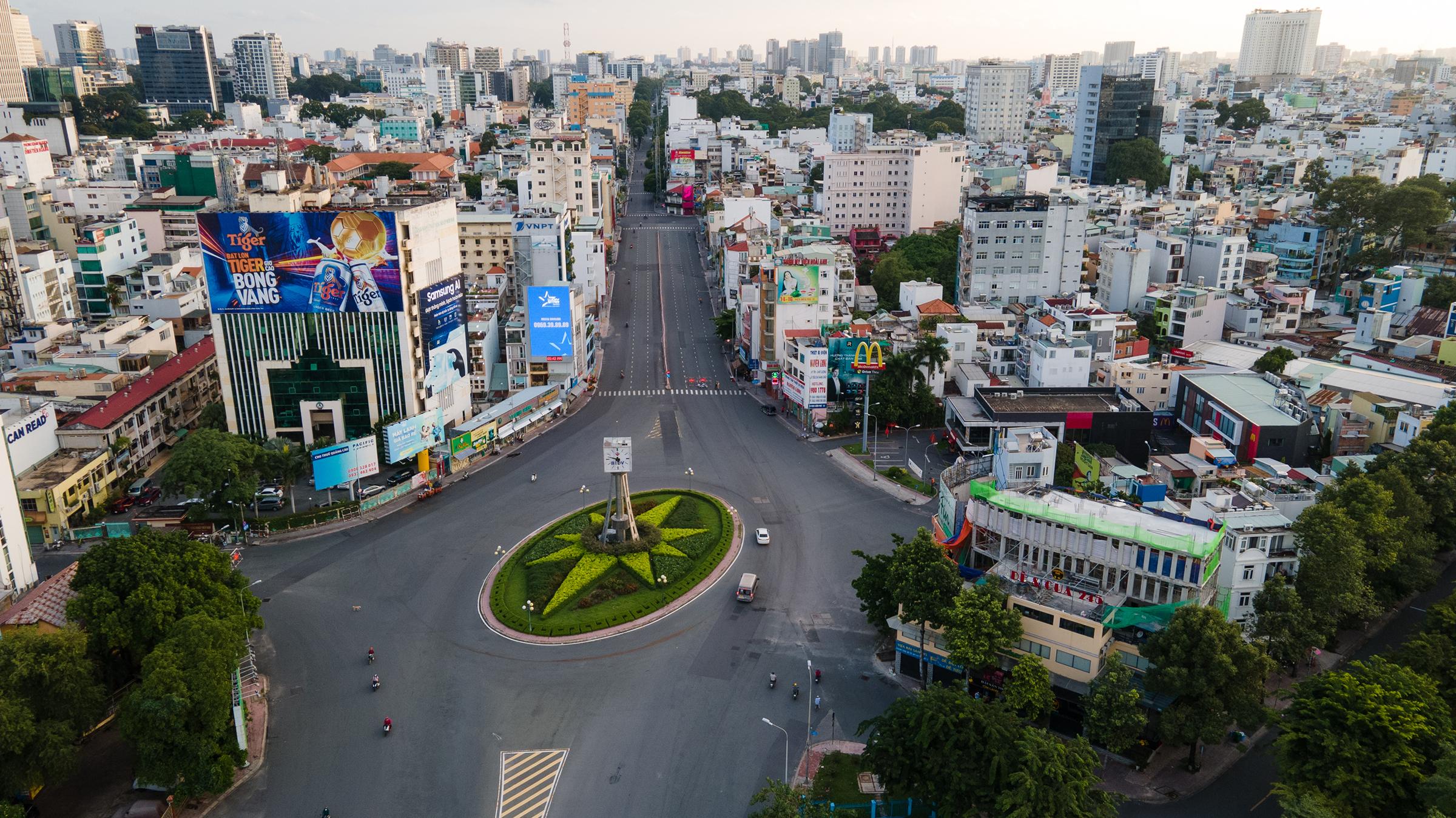 Vòng xoay Điện Biên Phủ thưa vắng người và xe, khi TP HCM yêu cầu người dân không ra đường và dừng mọi hoạt động sau 18h, ngày 26/7. Ảnh: Thành Nguyễn