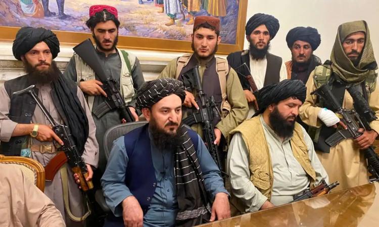 Các thành viên lực lượng Taliban trong dinh tổng thống Afghanistan ở Kabul hôm 15/8. Ảnh: AP.