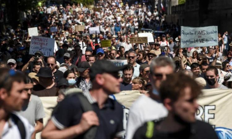 Dân Pháp biểu tình phản đối tiêm vaccine Covid-19 bắt buộc tại Nantes hôm 14/8. Ảnh: AFP.