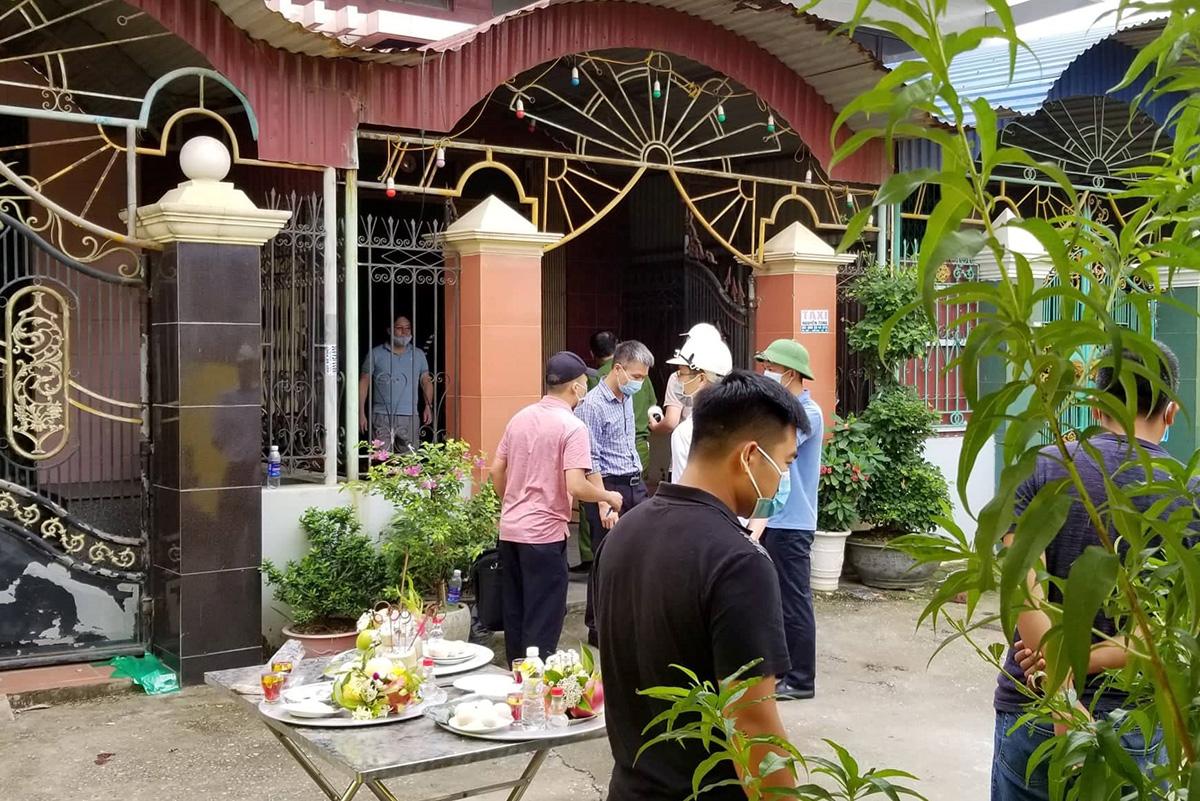 Nhà chức trách Hải Phòng khám nghiệm hiện trường vụ cháy nổ xảy ra tại gia đình ông Nguyễn Văn Hải, thôn 3, xã Kiền Bái, huyện Thủy Nguyên khiến 4 người thân trong gia đình ông tử vong, sáng 16/8. Ảnh: Giang Chinh