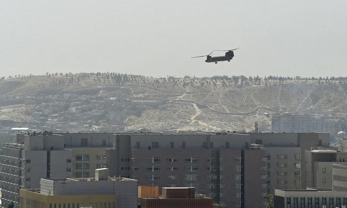 Trực thăng bay trên đại sứ quán Mỹ ở thủ đô Kabul, Afghanistan ngày 15/8. Ảnh: AFP.