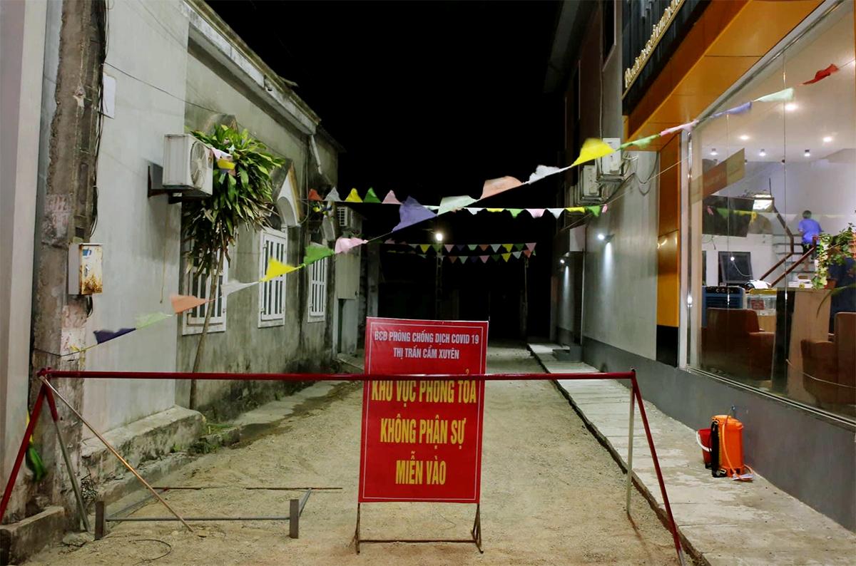 Một khu vực ở huyện Cẩm Xuyên bị phong tỏa do có ca nhiễm nCoV hôm 13/8. Ảnh: Đức Hùng