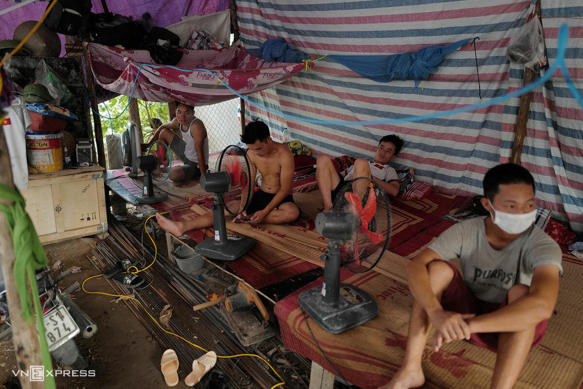 Một nhóm công nhân xây dựng kẹt lại công trường ở Dương Nội, quận Hà Đông khi Hà Nội cách ly xã hội, tháng 8/2021. Ảnh: Ngọc Thành