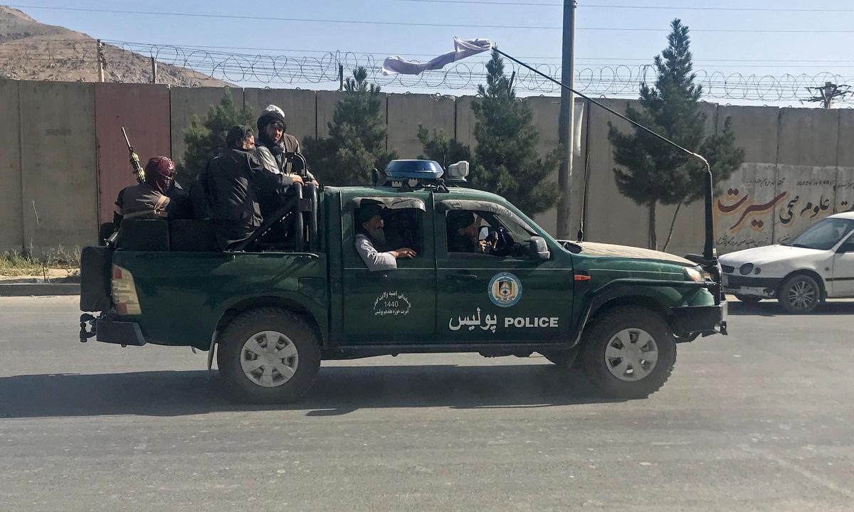 Các tay súng Taliban trên xe cảnh sát tuần tra Kabul sáng 16/8. Ảnh: Reuters.