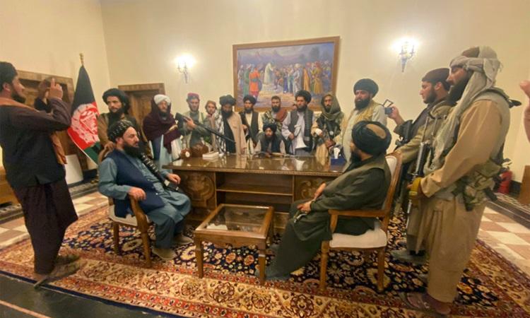 Thủ lĩnh cùng các tay súng Taliban bên trong phủ tổng thống Afghanistan ở thủ đô Kabul hôm 15/8. Ảnh: AP.