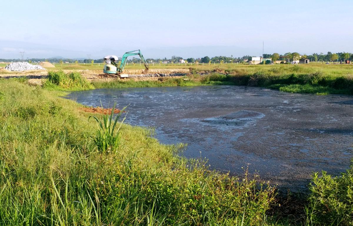 Chất thải từ bể biogas được cho là tràn ra ngoài gây ô nhiễm. Ảnh: Đức Hùng