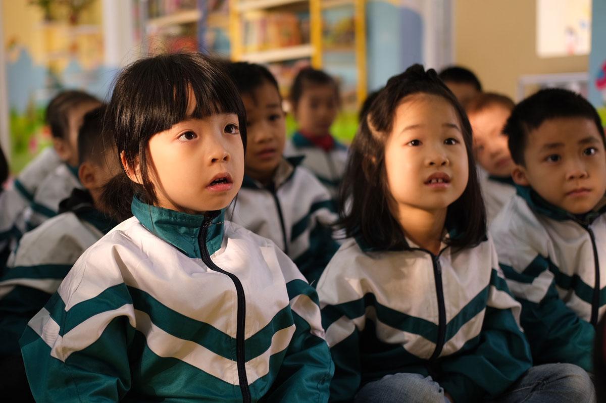 Học sinh lớp 1 trường Tiểu học Bích Sơn (huyện Việt Yên, Bắc Giang) nghe cô đọc truyện trong thư viện trường sáng 19/1. Ảnh: Dương Tâm.