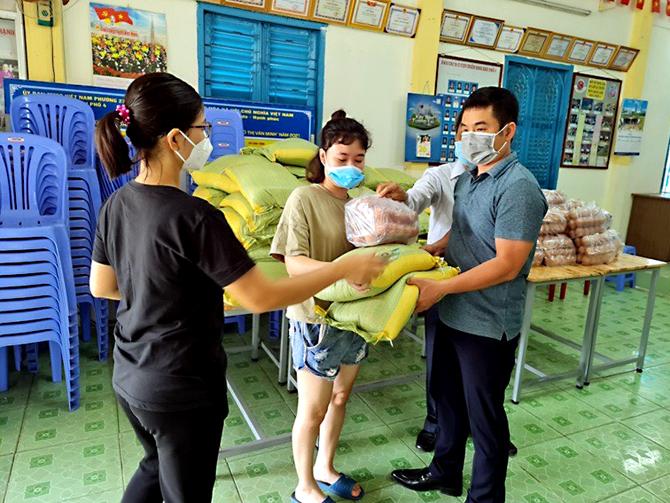 Công dân Vĩnh Phúc tại TP HCM nhận gạo từ quê nhà. Ảnh: Hồng Yến