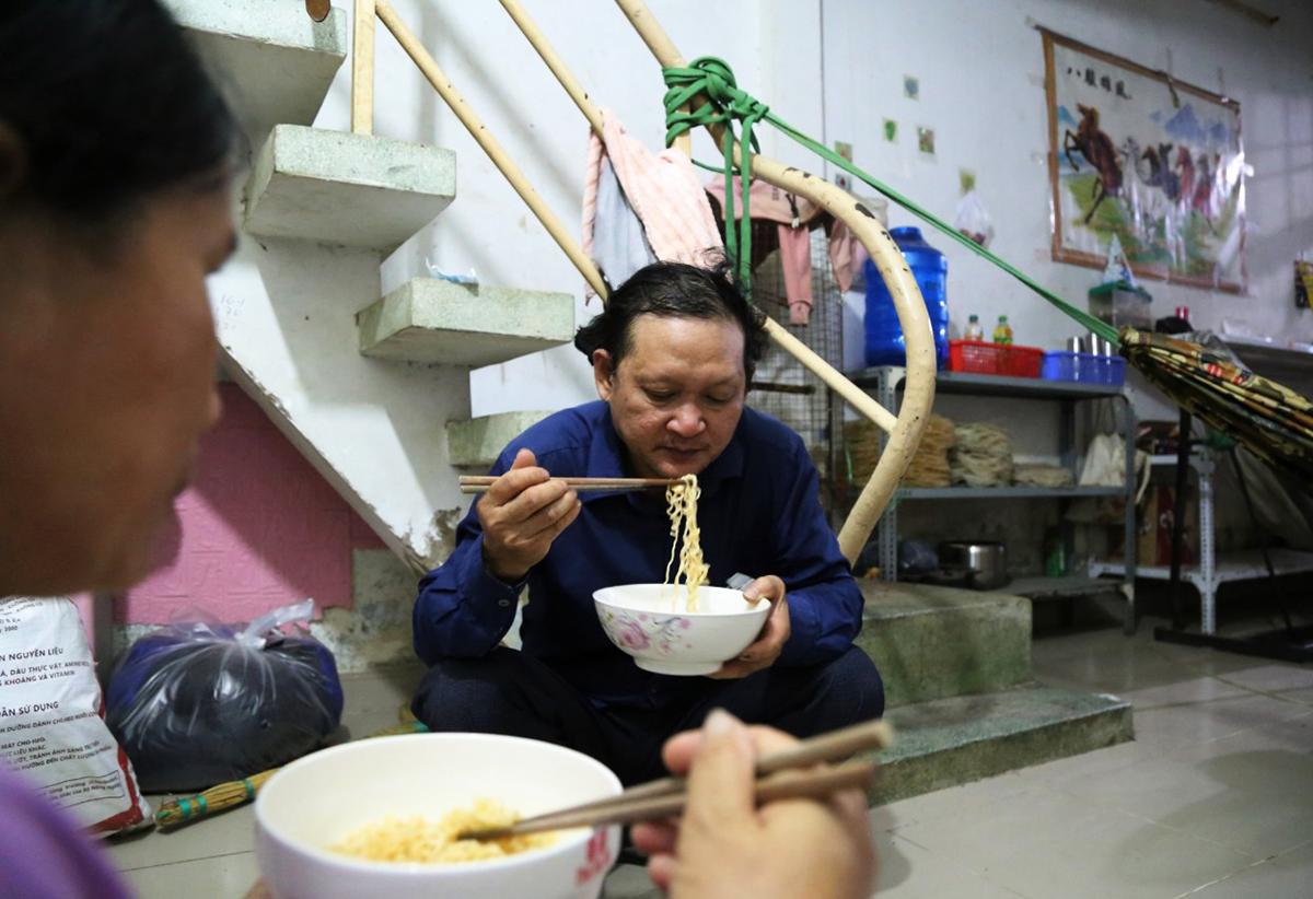 Ông Huỳng Văn Sơn cùng vợ ăn mì lót dạ tại nhà trọ sau chuyến về quê bất thành, tới 15/8. Ảnh: Đình Văn
