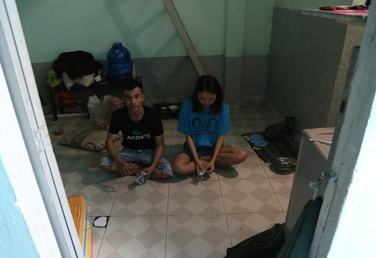 Vợ chồng chị Quỳnh về lại phòng trọ rộng 10 m2 trong tình cảnh không tiền, không việc làm. Ảnh: Đình Văn