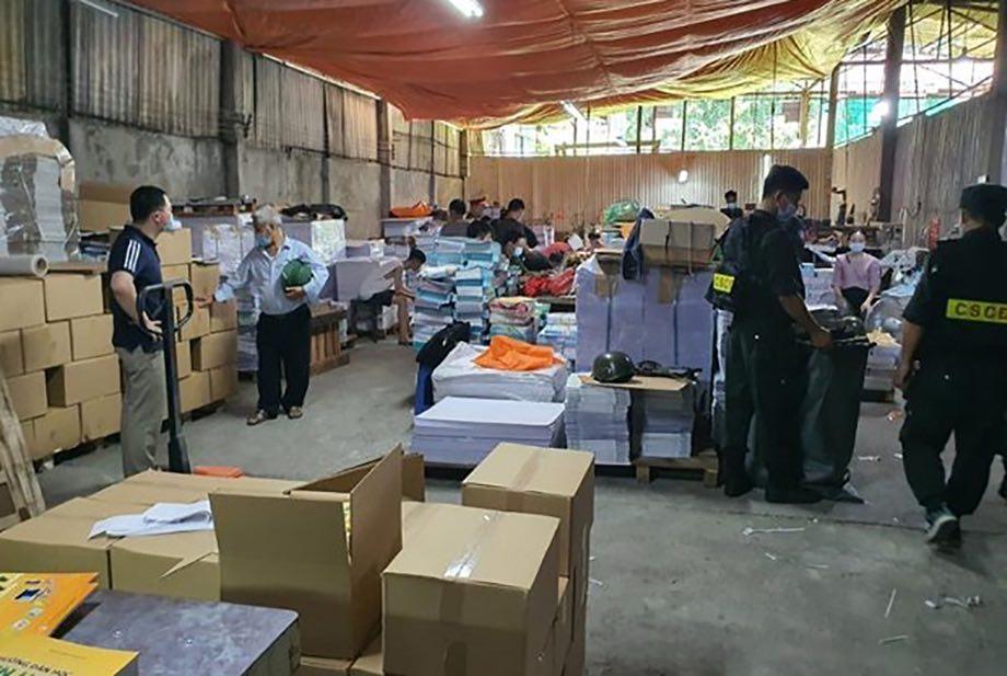 Cảnh sát kiểm tra kho sách, ngày 18/6. Ảnh: Tùng Mai.