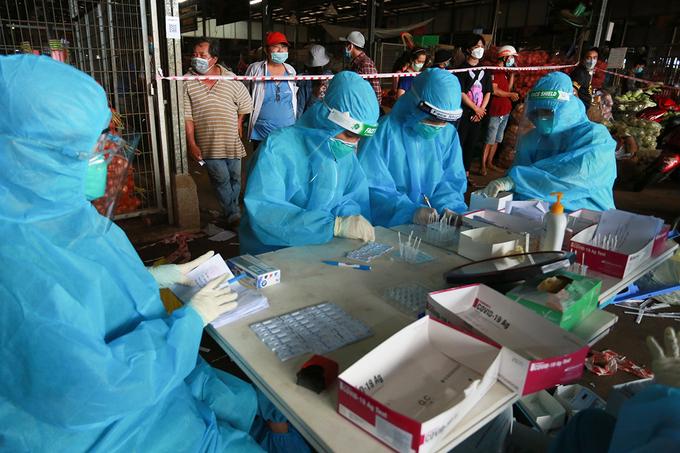 Nhân viên y tế lấy mẫu ở chợ đầu mối Bình Điền, quận 8, ngày 5/7. Ảnh: Quỳnh Trần