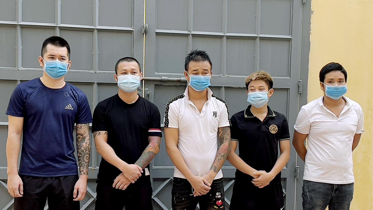 Thái Đình Bình (ngoài cùng, góc trái) cùng 4 đồng phạm tại cơ quan điều tra. Ảnh: Đức Hùng